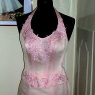 Rózsaszín alkalmi ruha közeli