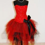 Piros alkalmi ruha szoknyával szemből