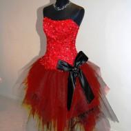 Piros alkalmi ruha szoknyával oldalról